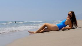 Encalhe povos das férias - mulher que relaxa no Sandy Beach vídeos de arquivo
