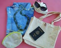 Encalhe a roupa e os acessórios das férias para o viajante fêmea Fotos de Stock