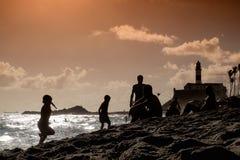 Encalhe a vida em uma praia urbana em Salvador de Bahia, Brasil apenas b fotos de stock