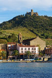Encalhe a vila de Collioure e de forte em cima do monte Imagens de Stock Royalty Free