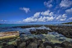 Encalhe a vista panorâmica do tampão Malheureux com um barco abandonado - Maurícias Fotografia de Stock