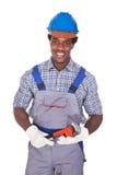 Encanador que guarda a chave de tubulação Fotografia de Stock Royalty Free