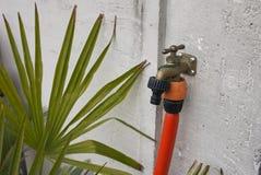 Encanamento da água em um jardim imagens de stock royalty free