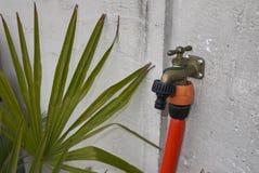Encanamento da água em um jardim imagem de stock