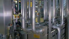 Encanamento de aço inoxidável moderno, brilhante na planta industrial filme
