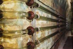 Encanamento de vidro do equipamento industrial da fábrica na adega de vinho Imagem de Stock