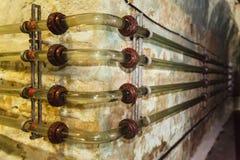 Encanamento de vidro do equipamento industrial da fábrica na adega de vinho Fotografia de Stock Royalty Free