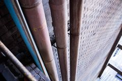 Encanamento do metal sob o teto concreto da constru??o do armaz?m imagens de stock