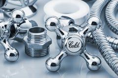Encanamento e ferramentas em um fundo claro imagens de stock