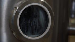 Encanamento na fábrica da leiteria Reservatórios enormes para o leite da armazenagem e da fermentação Equipamento na planta de le vídeos de arquivo