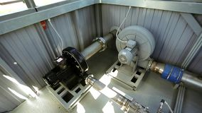 Encanamento na maquinaria industrial da fábrica video estoque