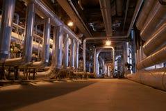 Encanamentos e cabos na central energética Fotografia de Stock
