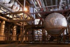 Encanamentos e escadas na central energética Foto de Stock