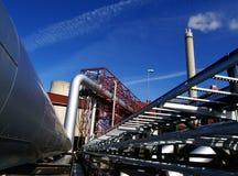 Encanamentos e smokestack de aço no céu azul fotos de stock