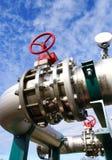 Encanamentos e válvulas de aço de encontro ao céu azul fotos de stock royalty free