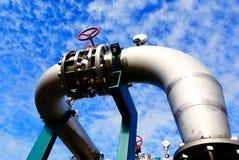 Encanamentos industriais de encontro ao b&w do céu Fotografia de Stock