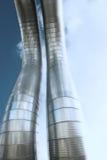 Encanamentos industriais de encontro ao céu azul Foto de Stock
