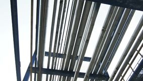 Encanamentos modernos da vista inferior em apoios da coluna do metal vídeos de arquivo