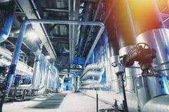 Encanamentos, válvulas, cabos e passagens de aço industriais fotos de stock royalty free