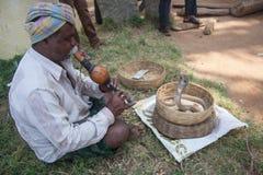 Encantador de serpiente en la vista lateral de la India Imagen de archivo
