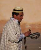 Encantador de serpiente marroquí en sombrero con la serpiente Fotografía de archivo