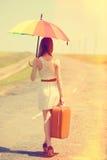 Encantadora del pelirrojo que camina en el camino Fotos de archivo libres de regalías