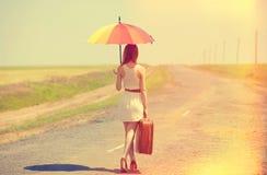 Encantadora del pelirrojo que camina en el camino Foto de archivo