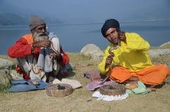 Encantadores de serpiente en Nepal fotos de archivo