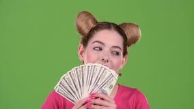 Encantan las cuentas de papel y la de las aspiraciones adolescentes Pantalla verde Cierre para arriba Cámara lenta almacen de metraje de vídeo