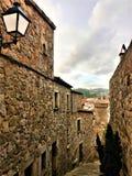 Encantando a aleia, o trajeto, a lâmpada e construções medievais em Tossa de Mar, Espanha fotografia de stock royalty free