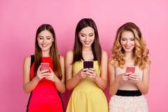 Encantando, meninas bonitas, agradáveis que usam o wifi, Internet 3G, verificando e Imagem de Stock Royalty Free