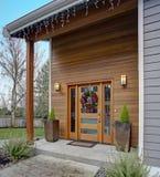 Encantando o exterior home recentemente renovado com o pátio de entrada coberto bonito imagem de stock royalty free