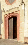 Encante el portal de la iglesia en la abadía de Mirasole, Milán, Italia Imagenes de archivo