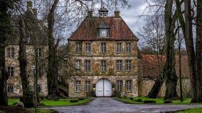 Encante la puerta del ` de Schloss Tatenhausen del ` del castillo del agua en Kreis Guetersloh, Rin-Westfalia del norte, Alemania foto de archivo