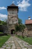 Encante la torre del monasterio de Studenica, orth servio del siglo XII fotos de archivo