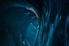 Encante la trayectoria de la salida de un túnel del glaciar con las paredes sólidas del hielo Imagen de archivo