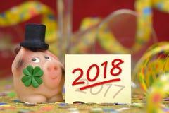 Encanto afortunado dulce con la hoja del trébol por el Año Nuevo 2018 Imagenes de archivo