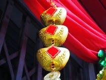 Encanto chinês dos lingotes do ouro fotografia de stock royalty free
