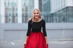 Encanto del rojo de la muchacha foto de archivo