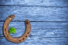 Encantos afortunados, fondo de madera Imagen de archivo