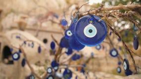 Encantos azules del mal de ojo en un árbol en Cappadocia, Turquía 4K almacen de video