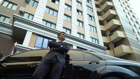 Encargado acertado de las propiedades inmobiliarias después del buen trato cerca del nuevo complejo de condominio metrajes