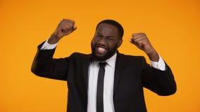 Encargado afroamericano emocional feliz que sonríe y que hace sí el gesto, ganador metrajes