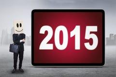 Encargado anónimo con los números 2015 al aire libre Fotos de archivo
