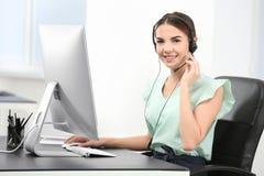 Encargado asesor de sexo femenino con las auriculares Fotografía de archivo