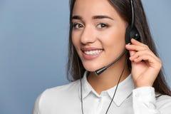Encargado asesor de sexo femenino con las auriculares Fotos de archivo libres de regalías