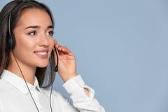 Encargado asesor de sexo femenino con las auriculares Fotografía de archivo libre de regalías