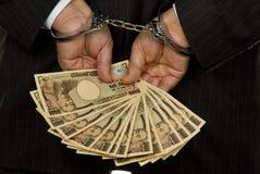 Encargado con los billetes de banco de los yenes japoneses Imagen de archivo libre de regalías
