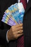 Encargado con los billetes de banco del franco suizo Imágenes de archivo libres de regalías