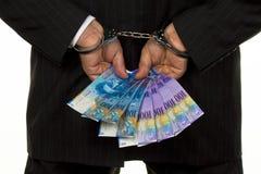 Encargado con los billetes de banco del franco suizo Imagenes de archivo